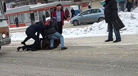 Скотч давай!: Жители Кемерово задержали избившего водителя маршрутки дебошира