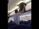 Мужчина против багажа в самолёте