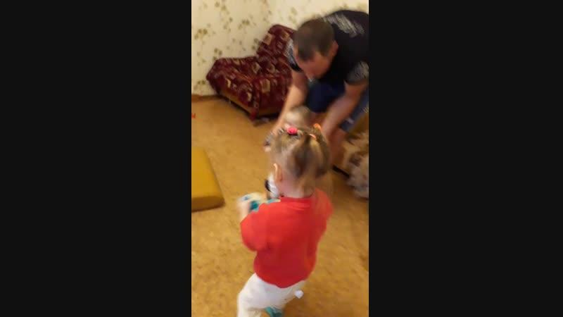 папа с детьми уносится, танцуют все)