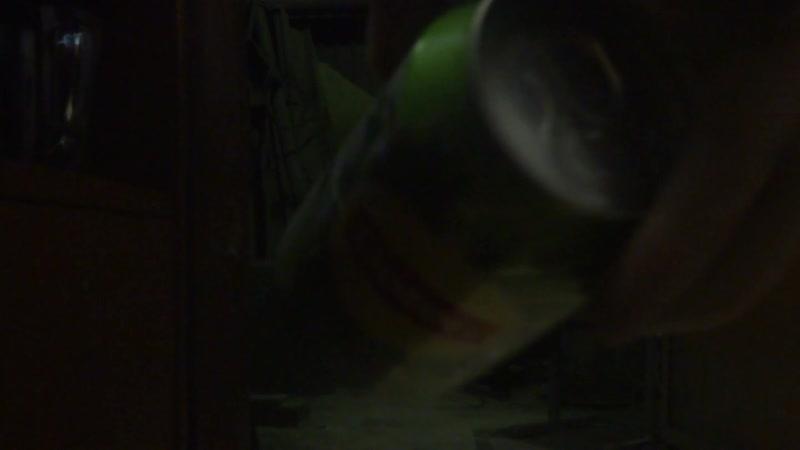 Разрыв ногами трех банок с напитками