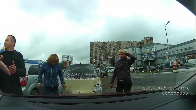 Конфликт и драка между женщинами из-за блокировки автомобили на 1,5 часа. Тюмень.