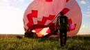 Красивый полет на воздушном шаре, прыжок с парашютом из воздушного шара