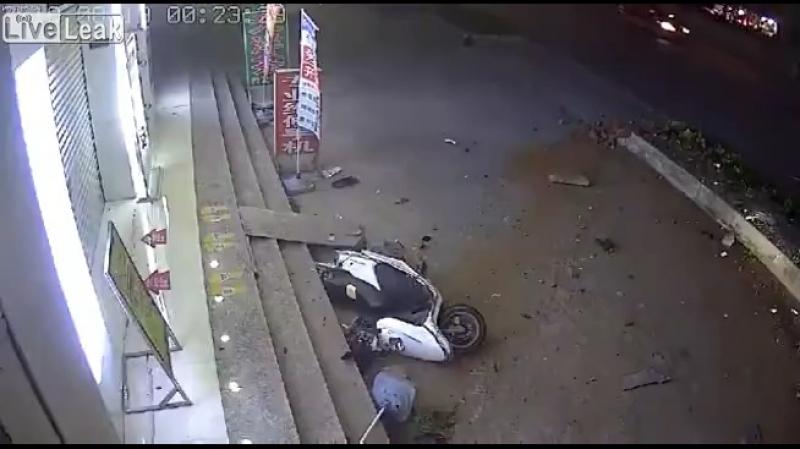 Сбил женщину на мопеде 18