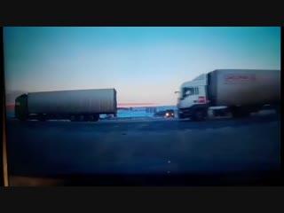 Шокирующий момент: ВАЗ не успел проскочить перед самосвалом
