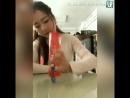 Девушка показывает классные фокусы