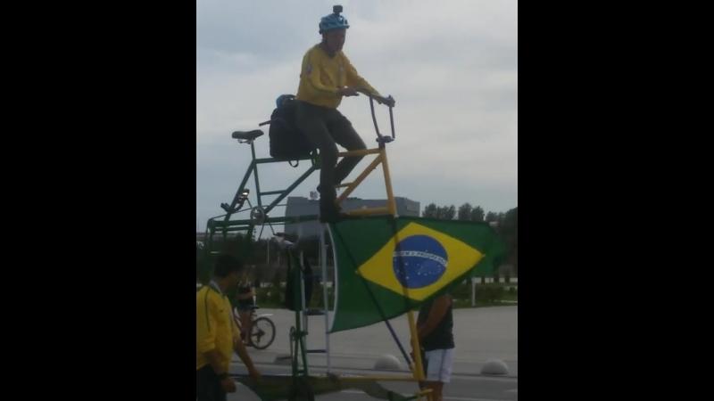 Бразильский болельщик доехал на гигантском велосипеде до Ростов-Арены :)