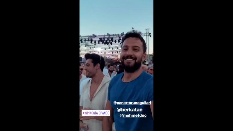 Берк с друзьями на концерте Кенана Догулу