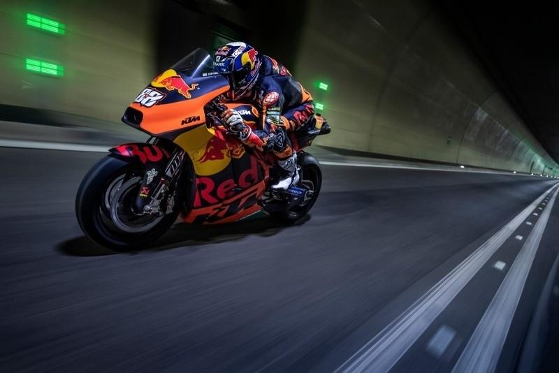 Мигель Оливейра прокатился на KTM RC16 по тоннелю (видео, фото)