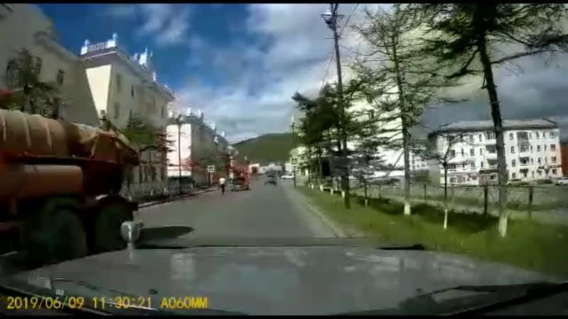 Атаковавшего проезжающие машины пешехода задержала полиция в Магадане.mp4
