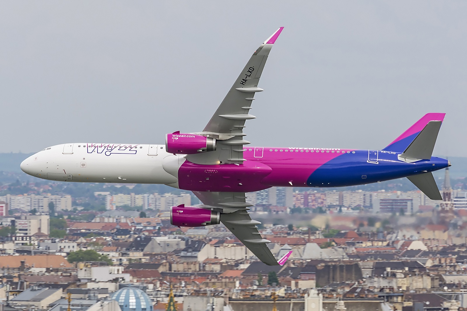 Airbus A321 маневрирует в небе над Будапештом