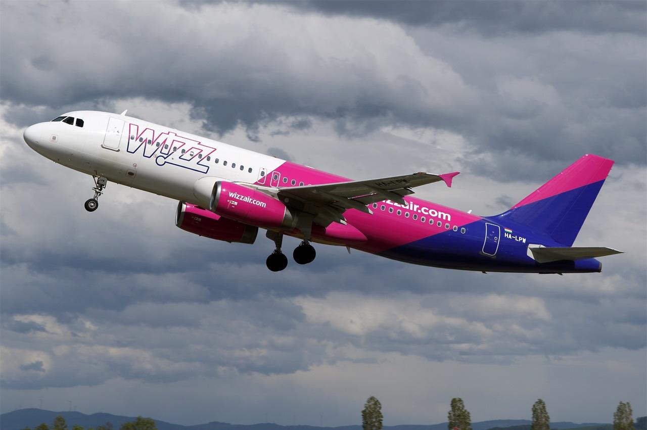 Взлет Airbus A320 венгерского лоукостера