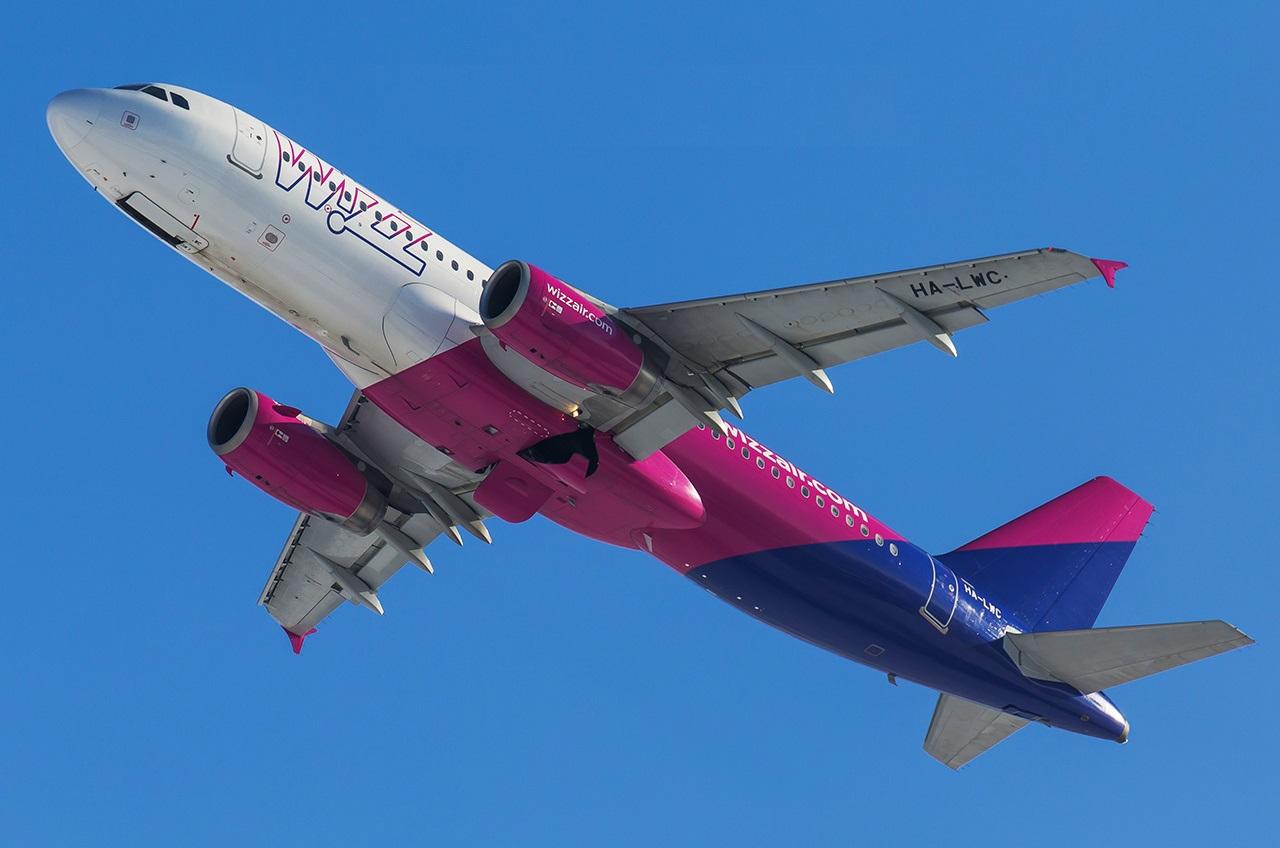 Самолет компании в воздухе