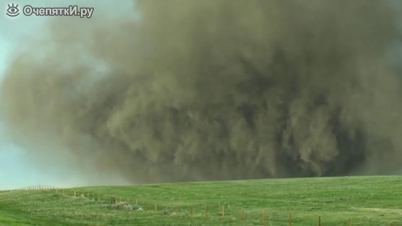 Мощное торнадо издалека и вблизи