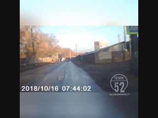 Дети перебегают дорогу прямо перед машинами - Регион-52
