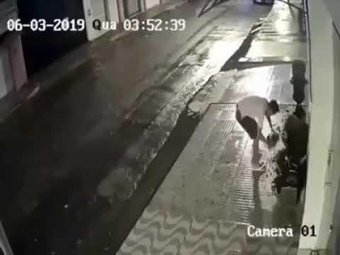Tentou destruir oferenda de macumba mas tropeça, quebra o pescoço e morre; veja vídeo