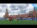Беженцы играют в футбол на Красной площади