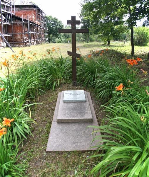 Вот и могила. Михаил Андреевич всю жизнь работал врачом, помогал людям.