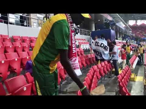 После матча болельщики Сенегала убрали за собой мусор на стадионе Спартак