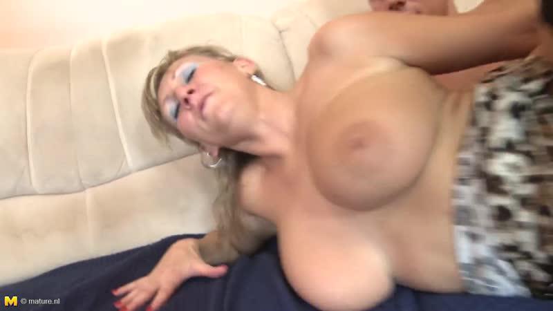 Зрелая мама трахает молодого студента, sex milk busty tit mature mom young