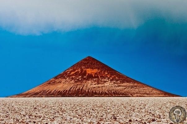 Загадочная пирамида в пустыне Аргентины, которую не строили люди В Аргентине есть впечатляющая соляная равнина Салар-де-Аризаро, вторая по величине в стране. Ее марсианский безжизненный пейзаж