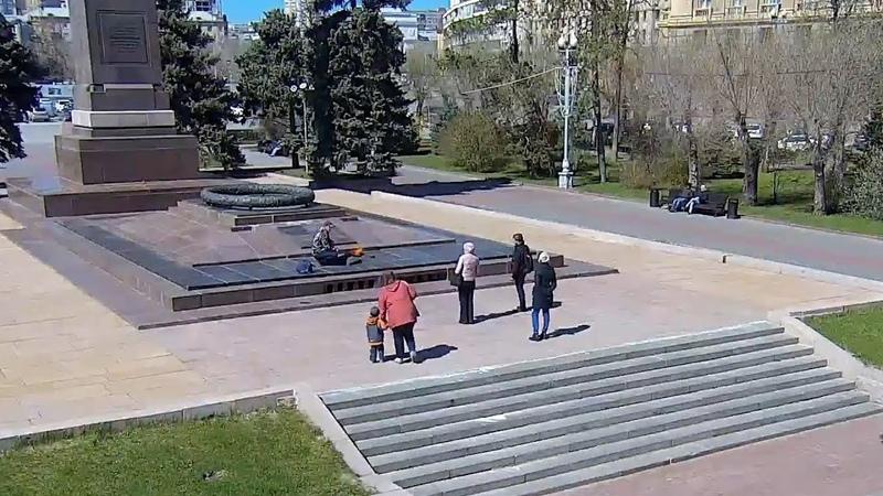 Житель Екатеринбурга подогрел воду на Вечном огне в Волгограде