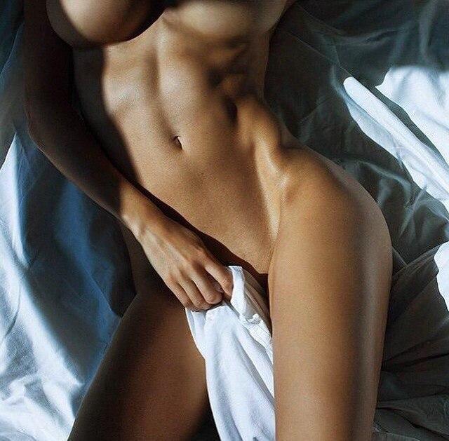 Darkhair slutty girl teasing on circular bed