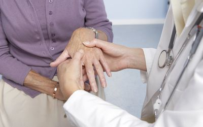 Как жить с артритом: Эспиноза говорит, что после постановки диагноза артрита обязательно получите второе мнение.