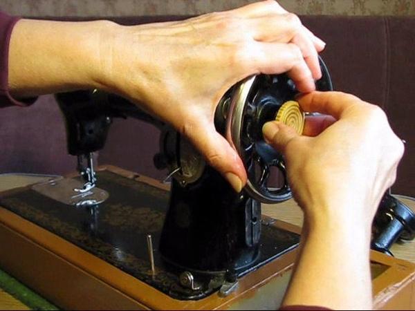 Почему игла швейной машины не опускается?