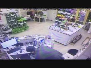 Новосибирец ограбил цветочный магазин, заперев продавца в холодной комнате