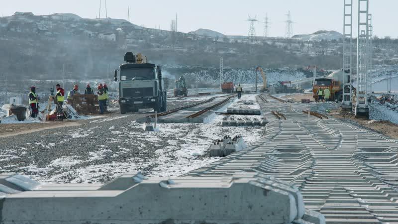 Укладка первых ж/д путей на Крымском мосту