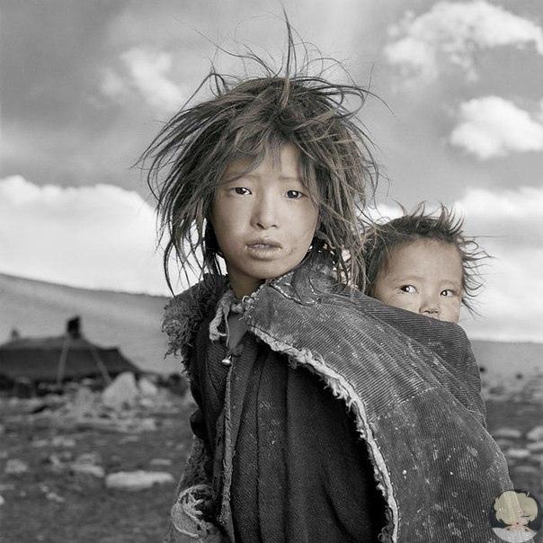 жители тибета в объективе фила борджеса американский фотограф фил борджес (phil borges) путешествует по миру и делает снимки представителей различных малочисленных народов, с которыми ему приходится сталкиваться. например, на фотографиях, которые вы
