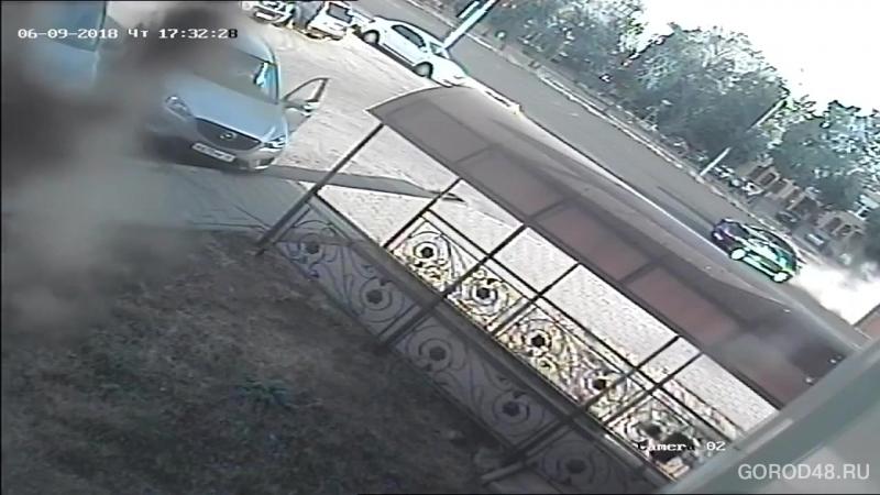 Мотоциклист с пассажиром врезался в поворачивающий автомобиль