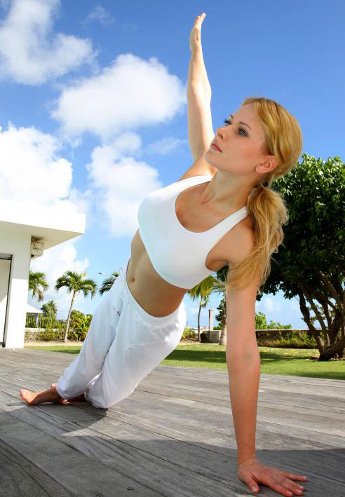 Бикрам йога практикуется в комнате, по крайней мере, 105 градусов по Фаренгейту.