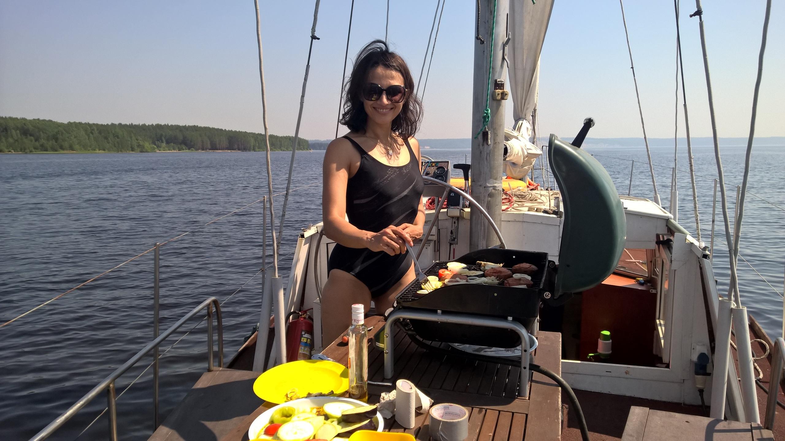 яхта с барбекю