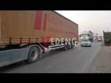 Большой конвой грузовиков Международных сил коалиции, перевозящих военные трансп