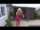 Мамка радует всех соседей по двору своими большими сиськами