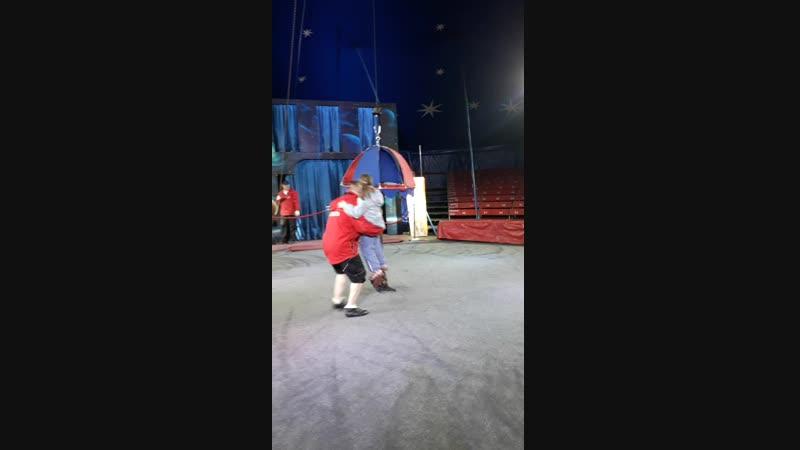 Моя доченька в цирке, летаем...