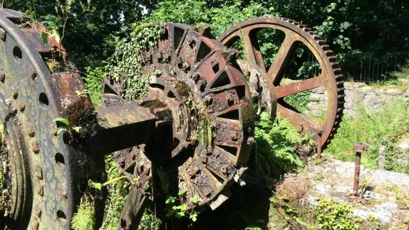 Остатки водяного колеса 19-го века в долине «Люксюльян». The remains of a 19th century water wheel at Luxulyan valley.