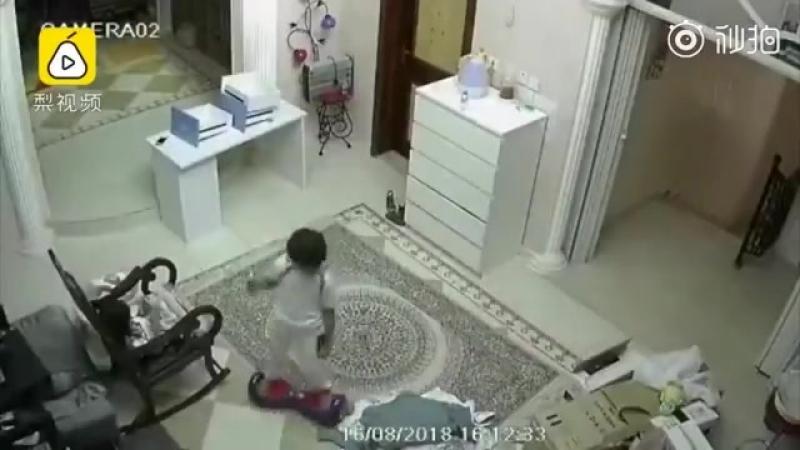 Китайский мальчик на ховерборде