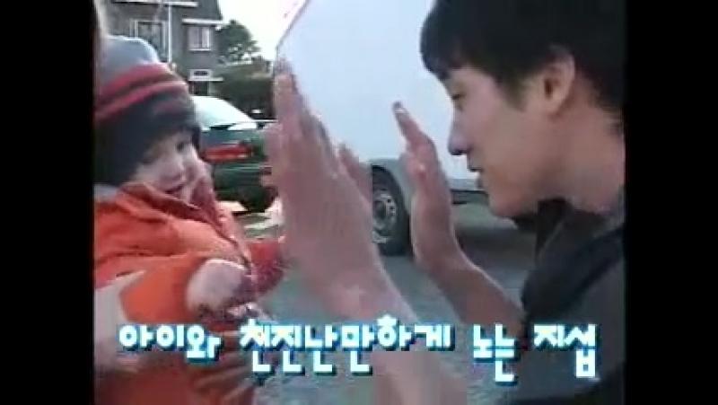 молодой Соп играет с малышом / мама европейка