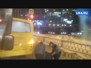 Водители двух маршруток устроили драку в Екатеринбурге