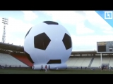 Самый большой футбольный мяч в мире