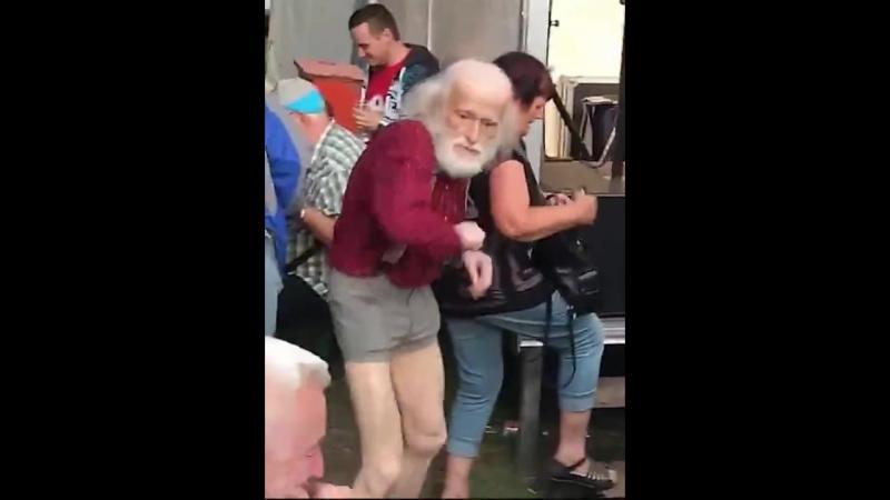 Это я в старости (хорошее настроение, юмор, смешное видео, дедуля танцует, танцы, звезда танцпола, пляски, старость не радость).
