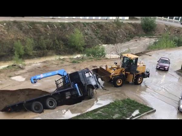 Пытаются вытащить грузовик