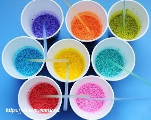 декор мыльными пузырями шаг 1. добавляем в любой мыльно-пенящийся раствор акварельную краску или пищевой краситель.шаг 2. берём соломинку и дуем через неё в мыльную воду, что бы образовать побольше пузырей. шаг 3. берём акварельную бумагу и
