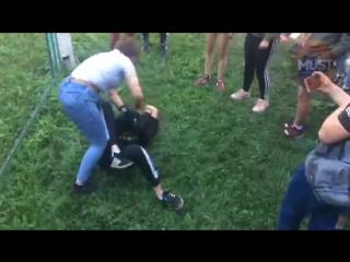 Девушка избила своего бывшего парня на глазах у одноклассников