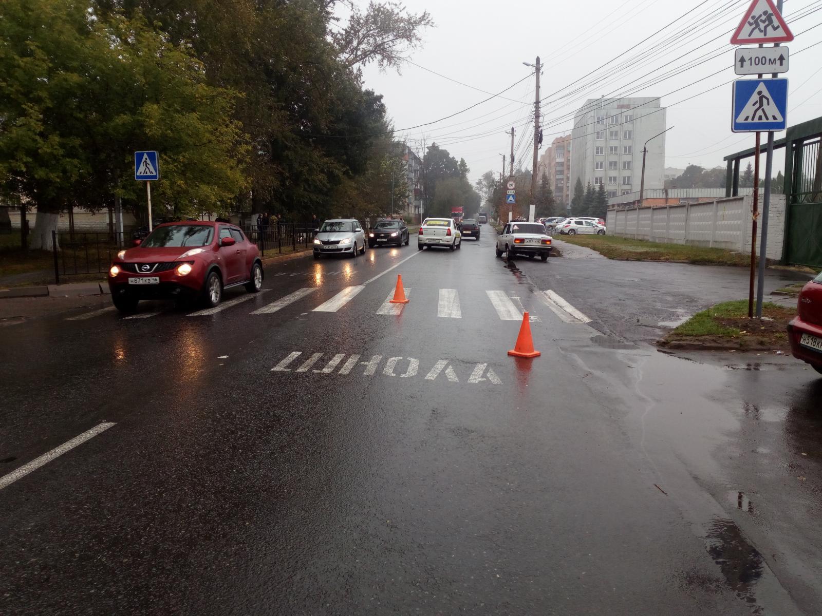 В центре Курска неопытный водитель сбил на «зебре» девушку