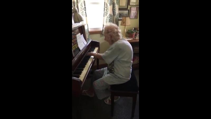Шок 104 летняя учительница музыки исполняет Бетховена