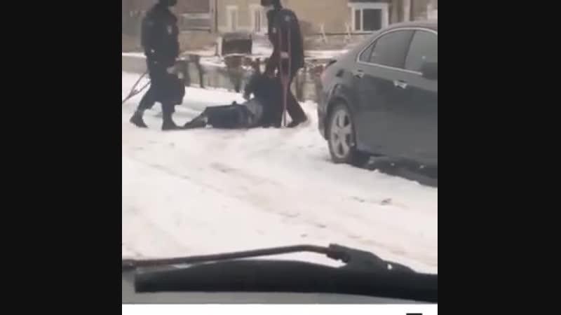 В Алтайском крае уволили полицейских, которые пинали инвалида на костылях