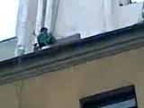 девушка с окна чуть не отрезала веревку альпиниста